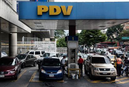 Usuarios esperan con sus carros en una estación.