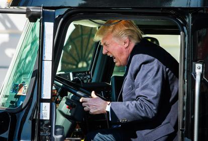 El presidente Donald J. Trump, se sienta en el puesto del conductor de un camión de 18 ruedas durante una reunión con miembros del sector en la Casa Blanca.