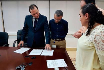 El superintendente José Miguel Mendoza (izq.) en el proceso de notificación de la intervención a Electricaribe.