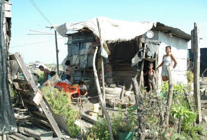 """Familia que habita en una zona vulnerable de Cartagena, en el sector conocido como """"la falda"""" del cerro de La Popa."""