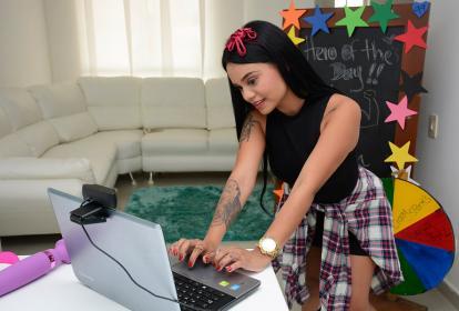 Kasandra Vergara, de 20 años, se conecta desde Barranquilla con cientos de personas para ofrecer video chats eróticos.