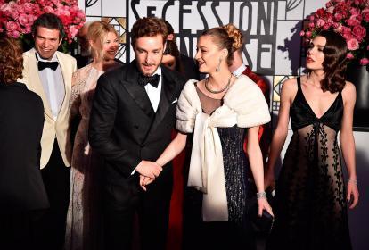 Pierre Casiraghi y Carlota (hijos de Carolina) y la esposa de este, Beatrice Borromeo. Carlota llevó un traje reencauchado que era de su mamá, a lo 'vintage', y también de Chanel.
