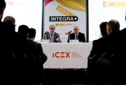 El embajador de España en Colombia, Pablo Gómez de Olea y el director de la Empresa de ICEX, Javier Serra, durante el encuentro con inversionistas.