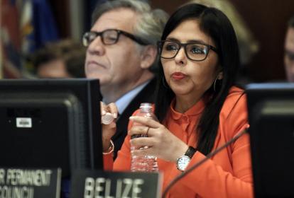 La ministra de Relaciones Exteriores, de Venezuela, Delcy Rodríguez habla junto al secretario general de la Organización de Estados Americanos Luis Almagro (i).