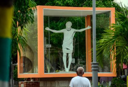 Raúl Jiménez observa la estatua que se halla en la plaza de la iglesia San Luis Beltrán.
