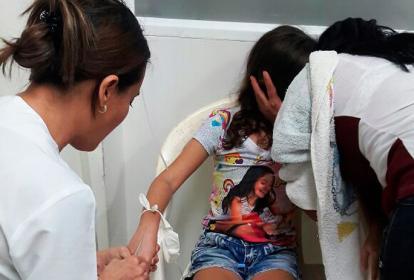 Una de las menores intoxicadas es atendida.