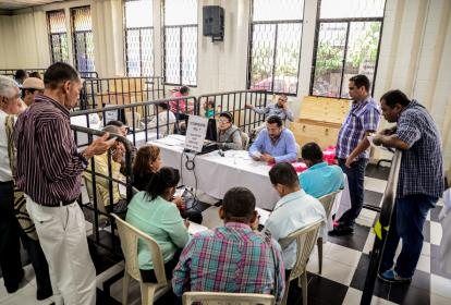 Comisión electoral durante el escrutinio de votos.