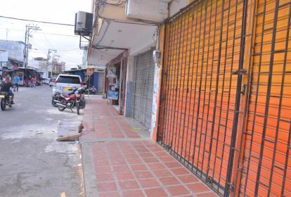 Vista de varios locales comerciales en Maicao, con las rejas de seguridad cerradas.