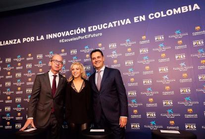 La barranquillera Shakira junto a Jordi Cardoner de FCB y Xavi Bertolin de Fundación La Caixa durante el lanzamiento del nuevo colegio.