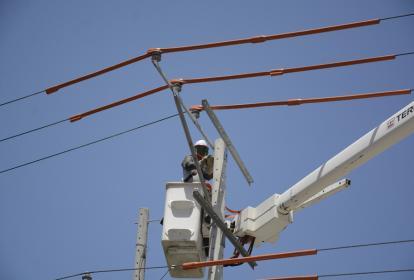 Un operario de Electricaribe repara redes eléctricas.