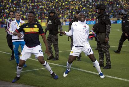 Yerry Mina (izq) y Pablo Armero (der) celebran el contudente triunfo de la Selección Colombia ante su similar de Ecuador, ayer en Quito.