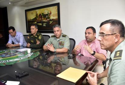 El general Jorge Luis Vargas, director de la Dijín, (en primer plano) en compañía del los oficiales y funcionarios que hacen parte del esquema de seguridad de Barranquilla.