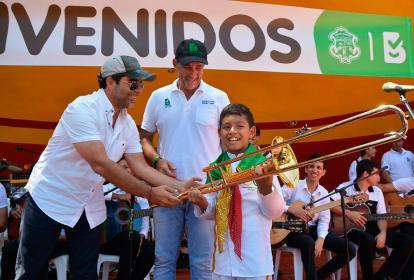 Alejandro Char y el secretario de Cultura Juan José Jaramillo entregando los instrumentos en la jornada.