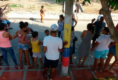 Ciudadanos esperan una cuadrilla de Electricaribe que restablezca el servicio.