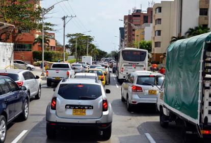 Filas de carros en la calle 79 se extienden desde la carrera 53 hasta la 59B. Este cambio vial generó problemas de movilidad los primeros días tras ser implementado.