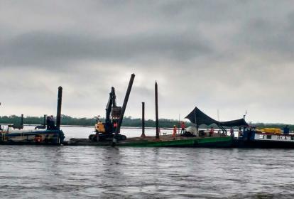 Remolcador que transporta la maquinaria que realiza los trabajos de mantenimiento en el río Magdalena.