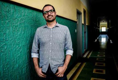 Ospina en un pasillo del Edificio García, donde queda la oficina de Cine a la Calle.