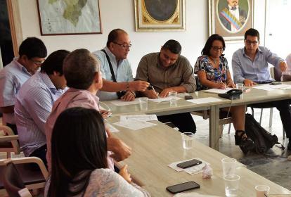Alcaldes debaten sobre vías a intervenir.