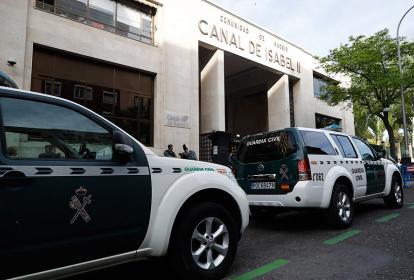 Camionetas de la Guardia Civil frente a la sede del Canal de Isabel II, en Madrid.