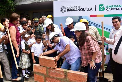 Alcalde Char realiza el acto simbólico. Lo observan la ministra Yanet Giha (izq.) y la secretaria de Educación Karen Abudinén (der).