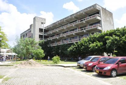 Sede la Universidad del Atlántico, en el corredor universitario.