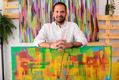 El artista costeño Rubén Trespalacios con sus cuadros.