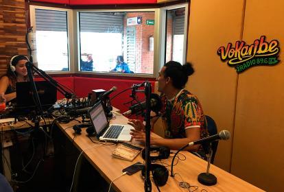 Walter Hernández y Laura Senior en la cabina de la radio comunitaria Vokaribe.