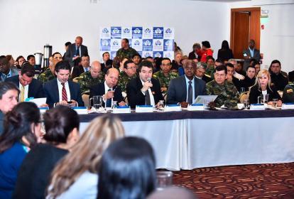 El defensor Carlos Negret (centro), con el vicedefensor, el ministro de Ambiente, el comandante de las Fuerzas Militares y la gobernadora del Valle del Cauca.