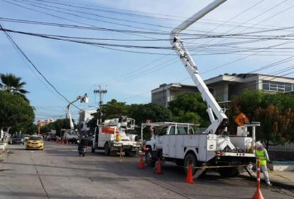 Trabajadores de la empresa Electricaribe mientras trabajan en redes de B/quilla.
