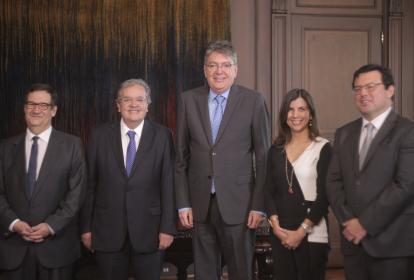 El ministro de Hacienda, Mauricio Cárdenas y varios de los miembros de la junta del Banco de la República.