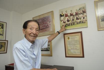 Desde su oficina, José Kaoru Doku Bermejo señala el equipo Santa Fe, el cual integró con brillante desempeño.