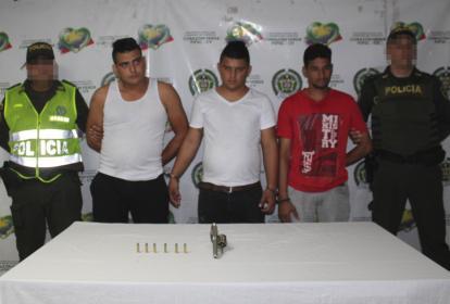 Los detenidos tras cometer el robo al mensajero.