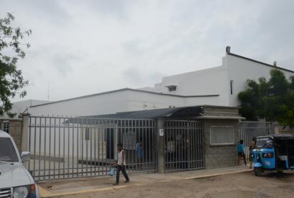 El herido en el atentado, Lewis Carrillo Elles, fue llevado a la Clínica Adelita de Char, donde se recuperaba de la bala perdida que lo impactó.