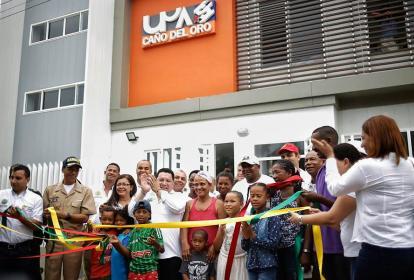 Alcalde Manolo Duque y parte de la comunidad en la inauguración del puesto de salud.