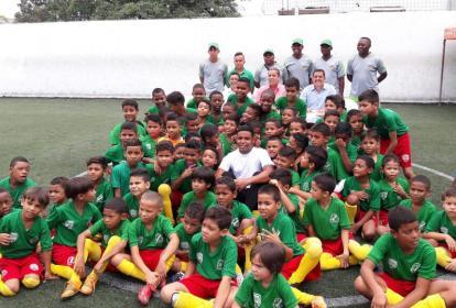 El tomasino Luis Fernando Muriel entre los jugadores de la Fundación Escuela Barranquillera.
