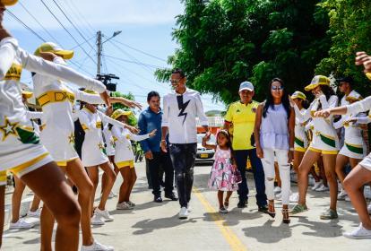 Carlos Bacca y su familia caminan por la calle que ahora lleva su nombre.