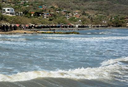 Las casetas ubicadas a la orilla de la playa podrían resultar afectadas por el fuerte oleaje.