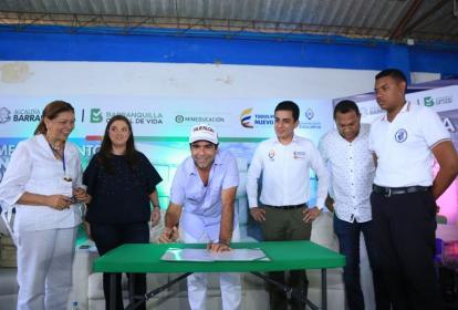 El alcalde Alejandro Char firma el acta de inicio de las obras en el IED Santa Magdalena Sofía.