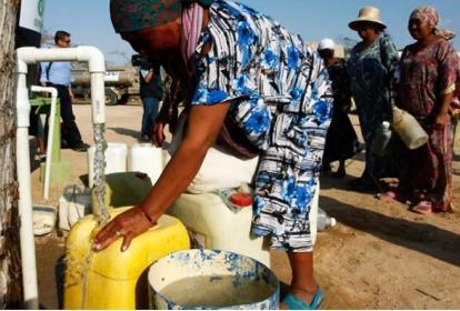 Mujeres wayuu abasteciéndose en suministros de agua.