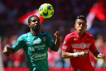Brayan Angulo (izq) disputa un balón con su compatriota Fernando Uribe, en un duelo entre Jaguares y Toluca.