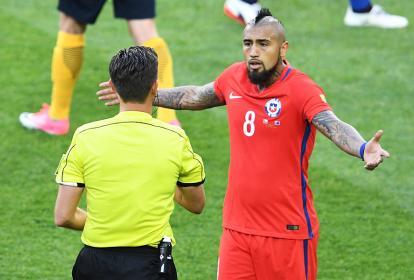 El volante chileno Arturo Vidal dialoga con el árbitro.