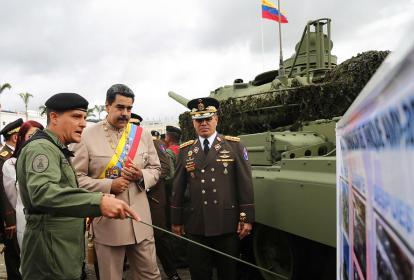 Maduro, durante una parada militar en Caracas el pasado sábado con el mindefensa Vladimir Padrino.