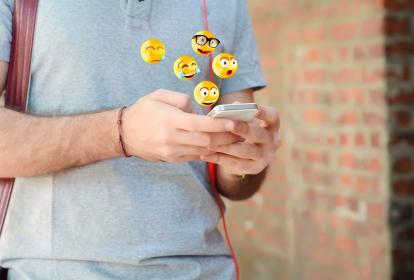 Los emoticones no solo ayudan a enviar mensajes breves, sino que ayudan a transmitir una carga emocional.