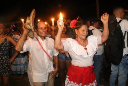 Hombres y mujeres bailando en la noche de fandango.