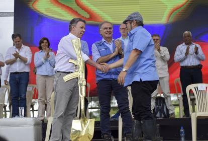 Un estrechón de manos entre el presidente Juan Manuel Santos y Rodrigo Londoño, jefe de las Farc, en Mesetas.