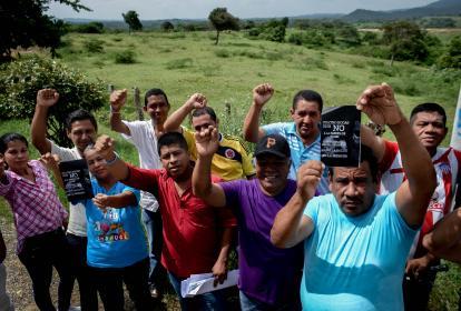 Una docena de habitantes de Cuatro Bocas protesta con los puños al aire cerca al lote donde sería construida la planta fundidora de plomo.