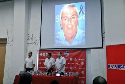 Fuad Char, Antonio Char y Mauricio Correa durante el minuto de silencio que se cumplió en memoria de Farid Char en el evento de presentación de los abonos de Junior.