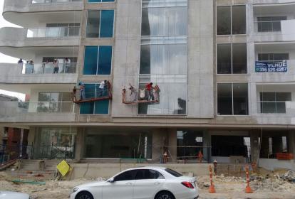 Obreros desde la estructura.
