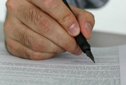 Recomiendan leer bien el contrato antes de estampar su firma.