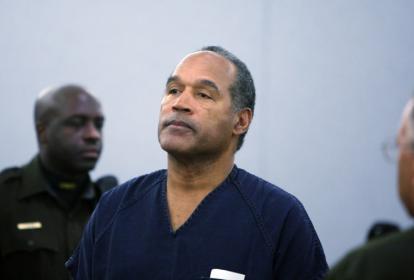 Esta foto de archivo tomada el 4 de diciembre de 2008 muestra a OJ Simpson mientras se encuentra en la sala del tribunal tras ser sentenciado en el Centro de Justicia Regional del Condado de Clark en Las Vegas, Nevada.